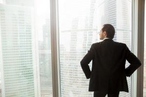 un manager seul devant une fenêtre