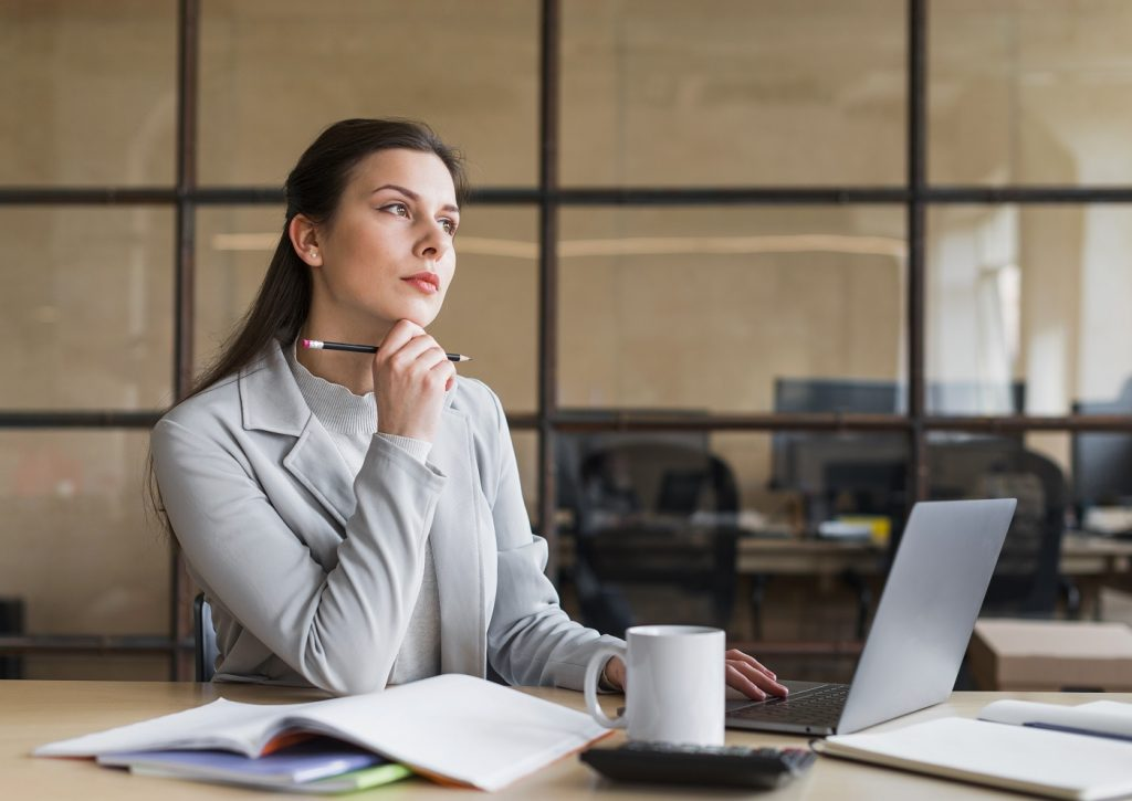 une femme qui réfléchit à son projet