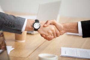 une poignée de main symbolisant la confiance entre le manager et le télétravailleur