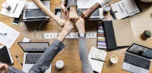 Des collègues qui unissent leur poings pour montrer leur motivation