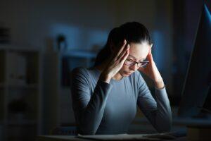 une femme qui se tient la tête et semble stressée