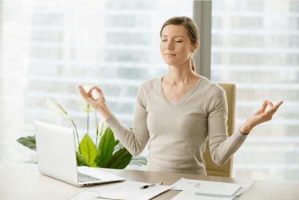 une femme en train de travailler mais qui semble très détendue, ne souffrant pas de détresse psychologique