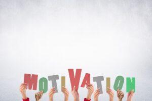 """Des lettres tenues à bout de bras par une équipe et formant le mot """"motivation"""""""