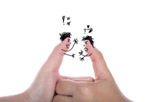 Deux pouces déguisés en personnes qui semblent avoir un conflit