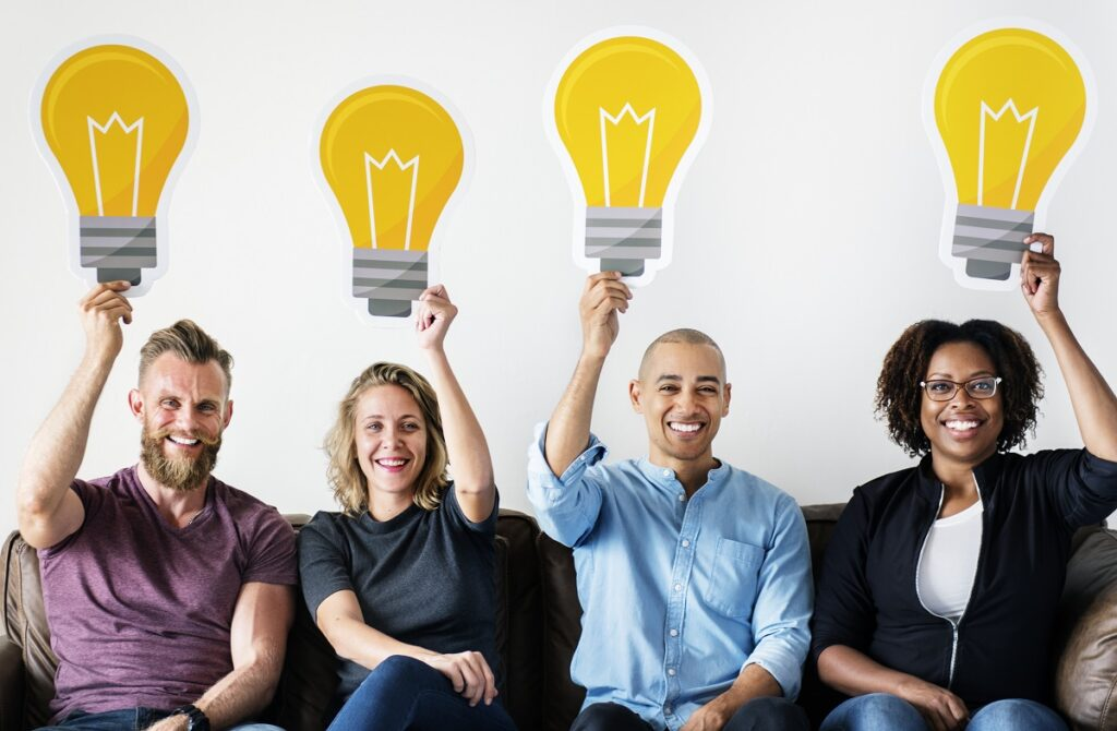 des personnes qui portent des ampoules au-dessus de leurs têtes pour symboliser les bonnes idées