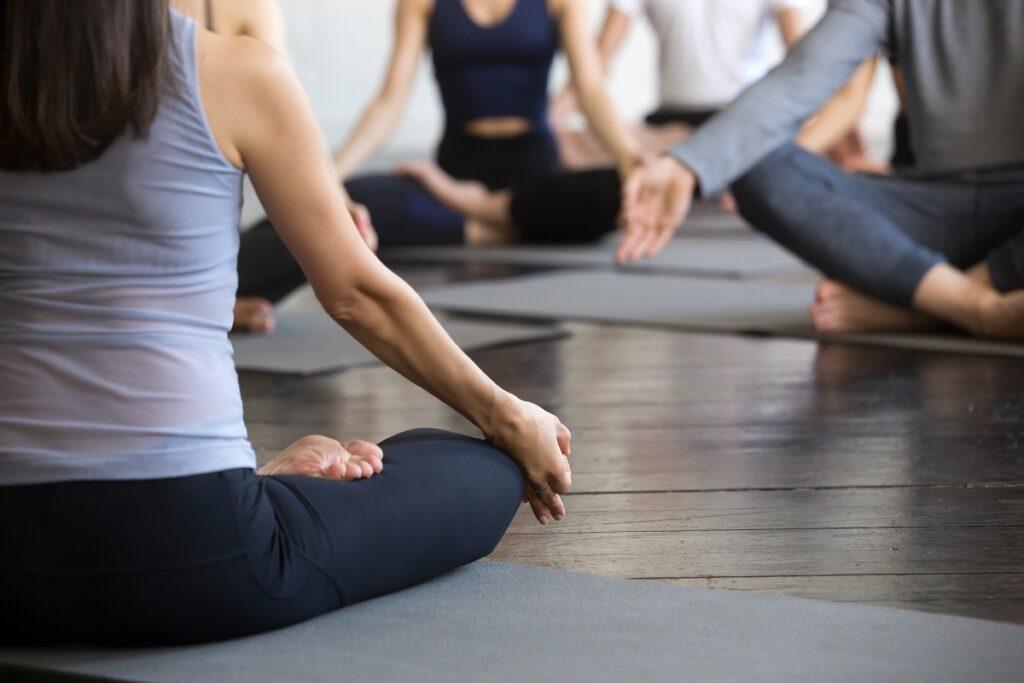 des personnes qui méditent pour lutter contre le stress